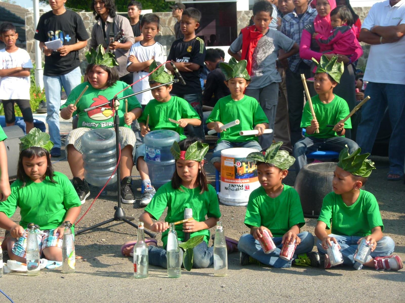 anak-anak homeschooling memainkan alat musik dari barang bekas. Foto Dendy d4b3ec63a5