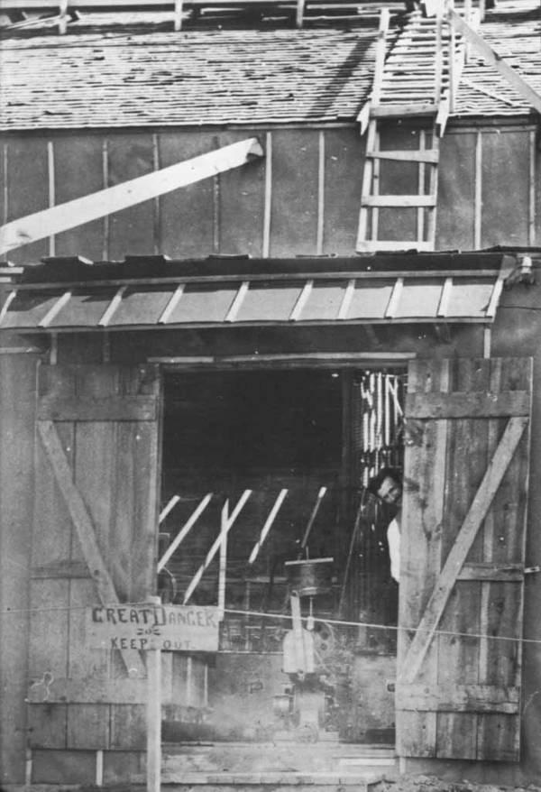 En esta fotografía, Tesla se ve por la puerta de su laboratorio en Colorado Springs. La imagen fue tomada en 1899.