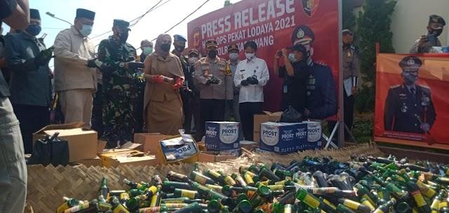 Jelang Ramadhan, Polres Karawang Musnahkan Ribuan Botol Miras