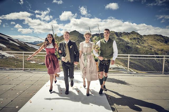 Wir vier, freie Trauung, Gipfelglück, Trachtenhochzeit im Zillertal, heiraten in den Bergen Tirol, Alpenweltresort Königsleiten, Dirndlbraut, Hochzeitsplaner Uschi Glas, 4 weddings & events, Hochzeitsfotografie Marc Gilsdorf, weddingstyled.com