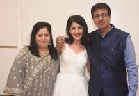 simran pareenja with her parents