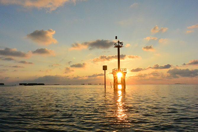 Mengabadikan sunset di atas kapal
