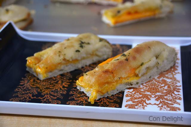 אצבעות לחם שום במילוי גבינה cheese stuffed garlic bread fingers