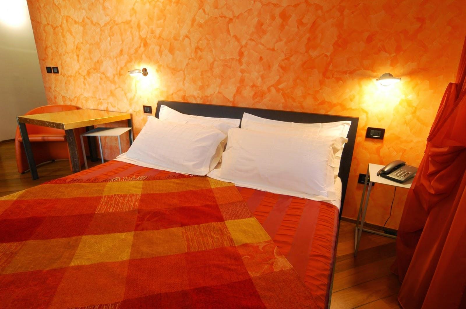 cuarto con paredes naranjas
