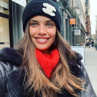 Sara Sampaio a sorrir
