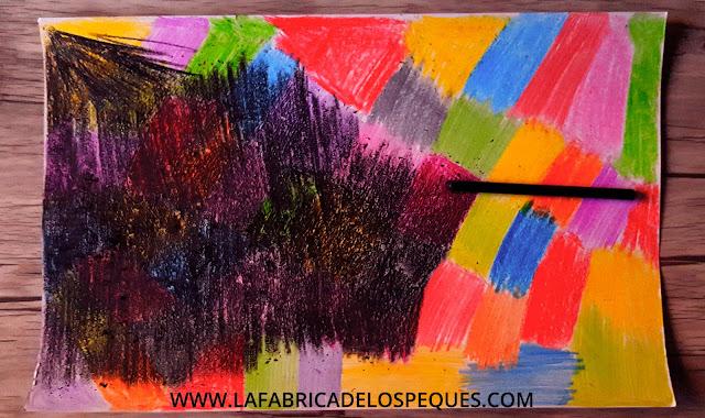 Pintar, rascar y crear con pinturas de colores.
