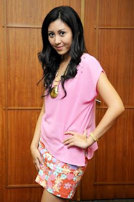 rok mini dan paha mulus Errina Gracesita Dharmawan – Angling Dharma