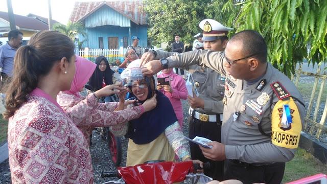 Pengendara tak Pakai Helm, Polisi di Morowali Malah Berikan Helm Gratis