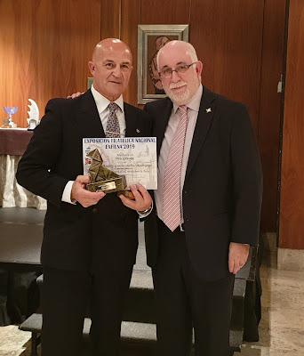 José Luis de la Cruz recogiendo el trofeo de Andrés García-Falces Rodríguez de mano de José Antonio Arruego Sanz en la EXFILNA 2019