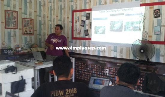 PRESENTASI  : Aribowo saat memberikan paparan tentang teknik fact checking kepada para peserta Trainer Of trainer (TOT) Anti HOAX di Cafe Tiga Mamih Pontianak Senin (8/4).  Foto Asep Haryono