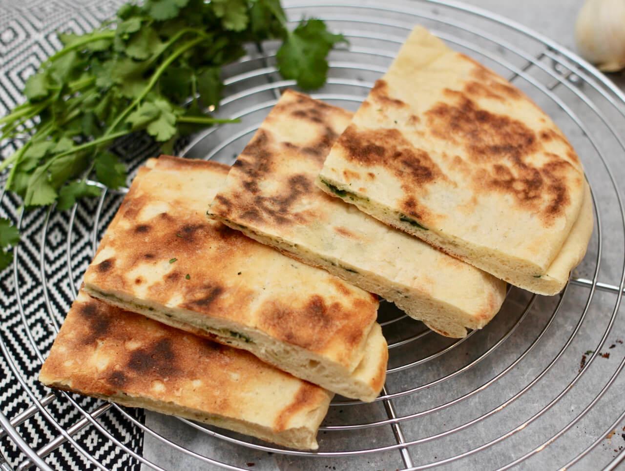Indisches Naan Brot mit Koriander Knoblauch Füllung