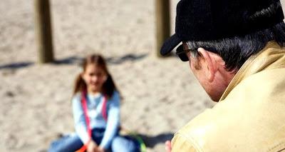 Πως θα αναγνωρίσετε έναν παιδόφιλο και πώς να «υποψιάσετε» τα παιδιά σας