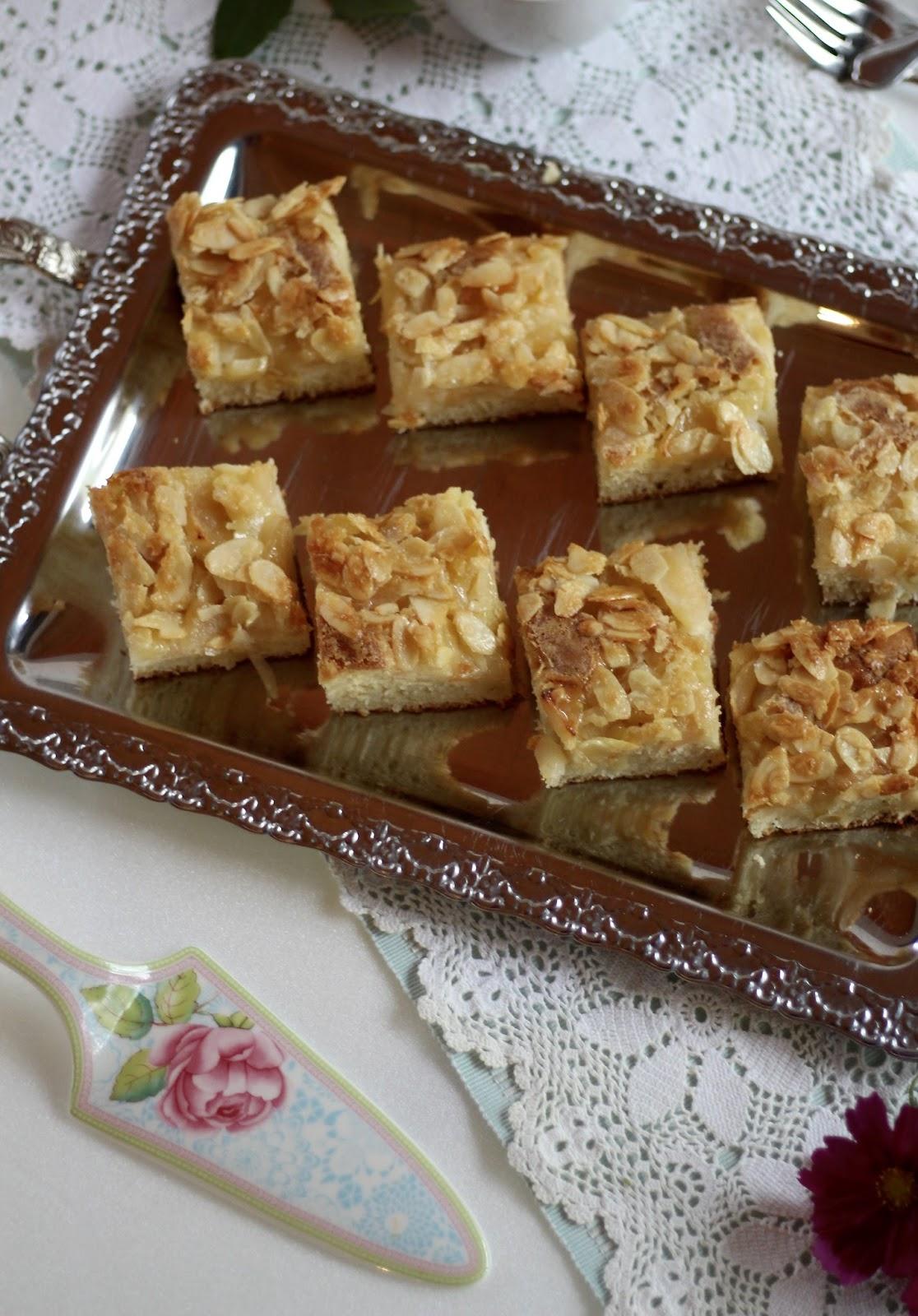 Butterkuchen mit saftigen Äpfeln und knuspriger Mandeldecke - einfach und traditionell