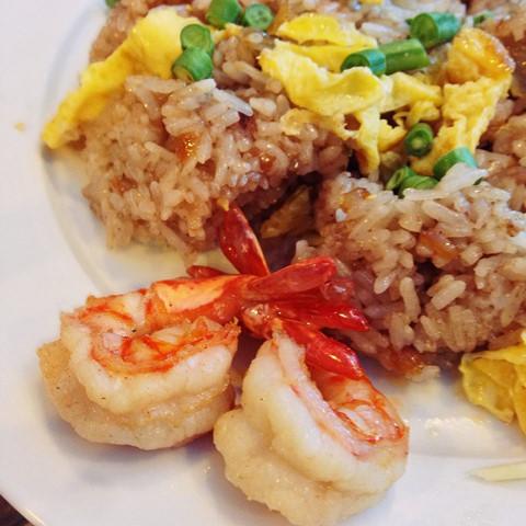 Tuy các món ăn ở Ngò Rí không quá cầu kỳ về mặt trang trí, đôi lúc còn hơi... thiếu hấp dẫn, thế nhưng bù lại hương vị các món Thái ở đây như pad Thai, cà ri đỏ, cà ri xanh, tom yum... rất đáng để bạn thưởng thức.