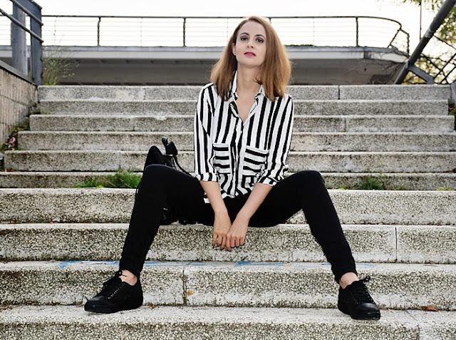 Outfit-blanco-negro-camisa-rayas-5