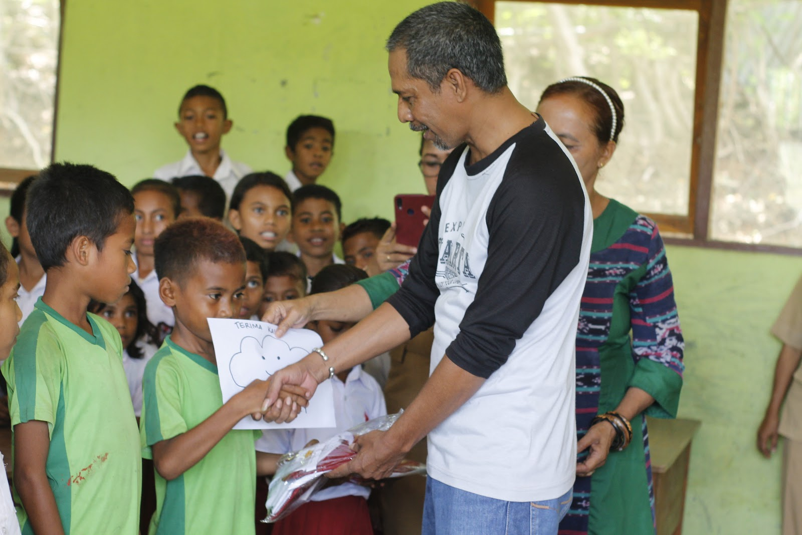 , Ratusan Siswa SD Negeri Dendeng Dapat Sumbangan Seragam, Majalah Suara Harapan, Majalah Suara Harapan