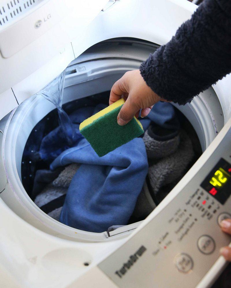 poner una  esponja de cocina en la lavadora quita las pelusas de la ropa