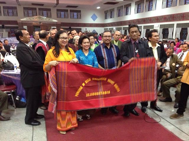 Ahok Menerima Ulos Penghargaan Dari Orang Batak