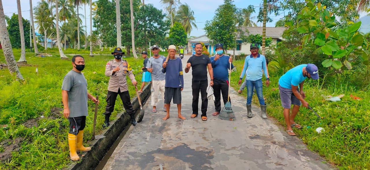 Bhabinkamtibmas Polsek Bunguran Timur Mengikuti Gotong Royong Bersihkan Lingkungan Sepanjang Jalan Pramuka