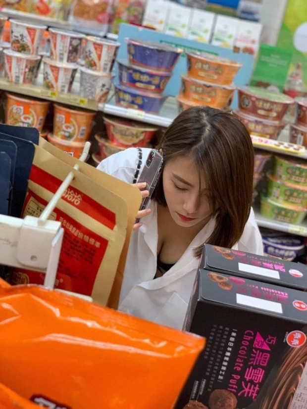 """Chỉ một khoảnh khắc cúi người lựa đồ trong siêu thị, girl xinh đã được bao anh chàng """"nhận vơ"""" là bạn gái"""