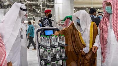 """روبوت ذكي يقوم بتوزيع عبوات """"زمزم"""" في المسجد الحرام"""