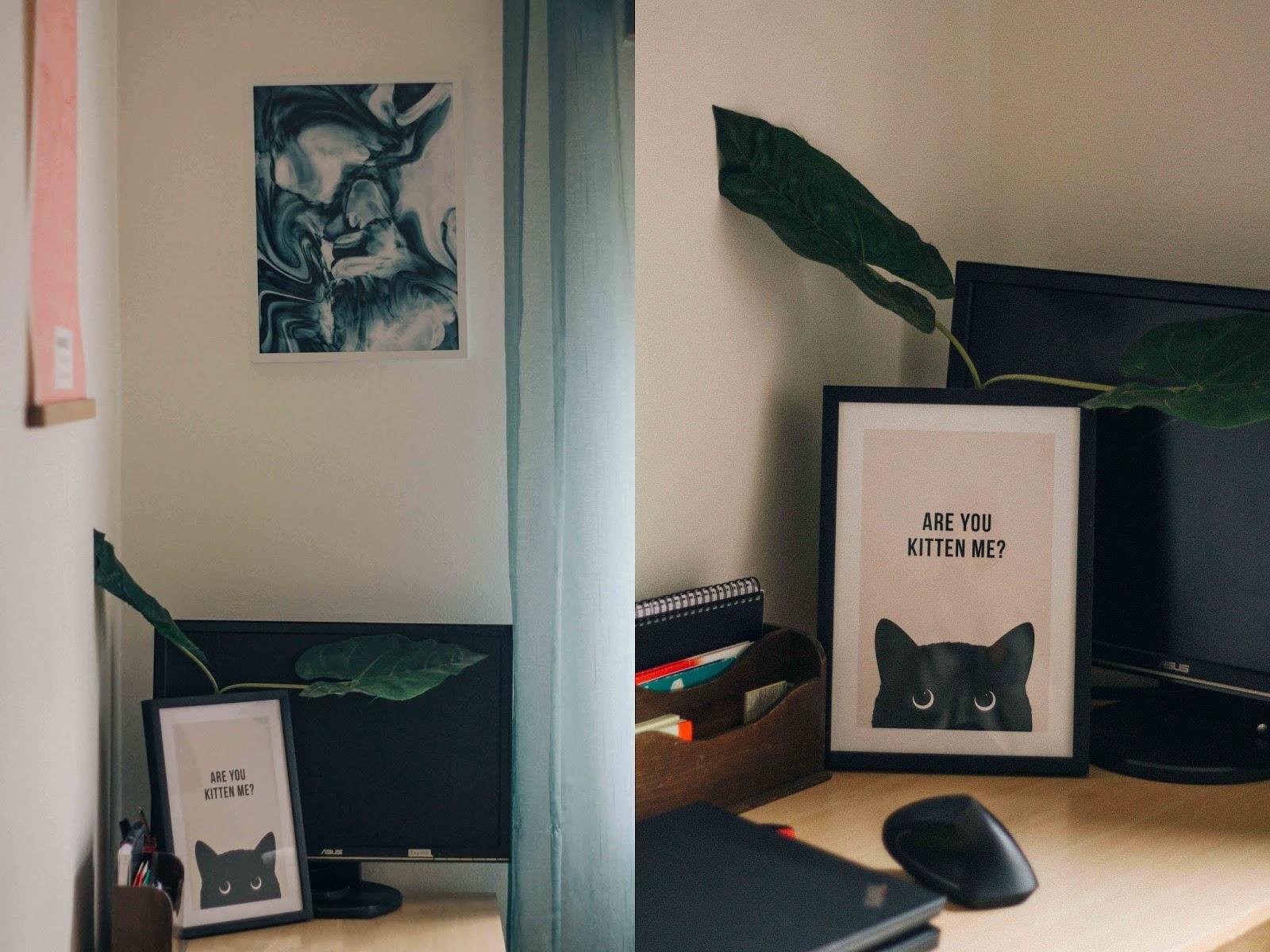 """Foi com a Desenio que voltei a decorar as paredes da minha casa. Eu, como tantas outras pessoas, estou a trabalhar a partir de casa devido à situação em torno do covid-19. Já há algum tempo que queria melhorar o aspeto desta divisão, que agora é o meu """"home office"""". Por outras palavras, queria redecorar um quarto meio vazio que até então estava sem grande utilidade, já que agora é onde passo uma boa parte dos meus dias."""