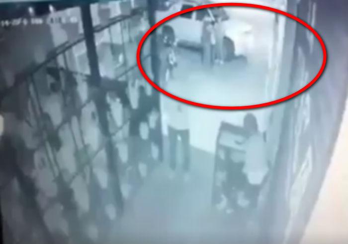 """Captan momento en que sicarios de """"El Marro"""" rafaguean el bar """"La Típica"""" en Salamanca, dejan cinco acribillados y 17 heridos"""