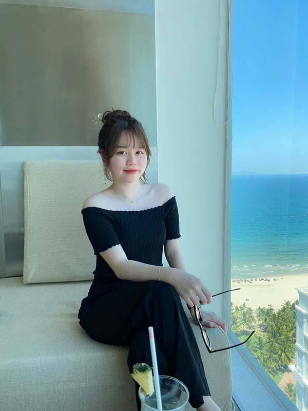 """Nhan Sắc Huỳnh Anh - Bạn Gái Quang Hải Trong Như """"Quý Bà"""" So Với Tuổi 21 Của Mình"""