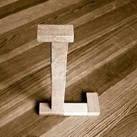 Takozlardan yapılmış L harfi