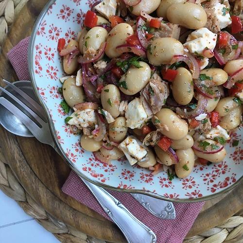 Riesenbohnensalat mit marinierten Zwiebeln, Thunfisch und Feta