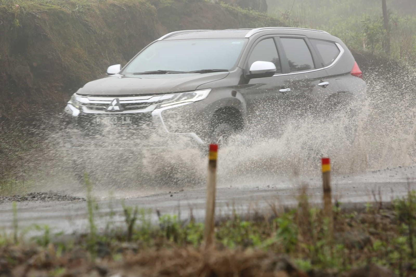 mitsubishi pajero sport melibas hujan