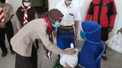 Ratusan Warga Kelurahan Majidi Dapat Paket Sembako dari Kwarran Gerakan Pramuka Selong