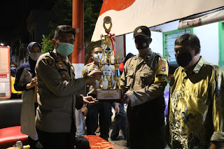 Kapolres Pelabuhan Makassar Serahkan Piala Juara II Balla'Ta Ronda Ewako