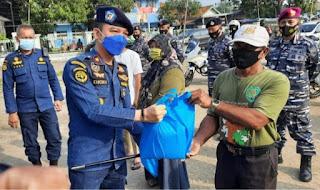UPP Indramayu Kolaborasi dengan Lanal Cirebon Bagikan 500 Paket Sembako di Desa Dadap