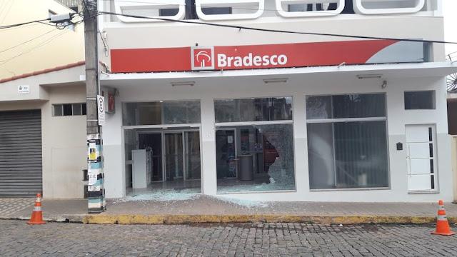 Homens invadem agência e tentam instalar explosivos em Silvianópolis (Foto: Reprodução )