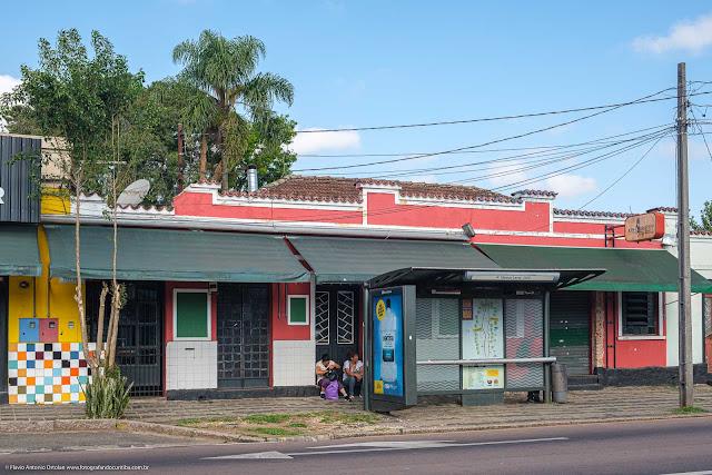 Casa na Mateus Leme onde está instalado um restaurante e um bar