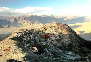 Resultado de imagem para mosteiro de lhasa no tibet