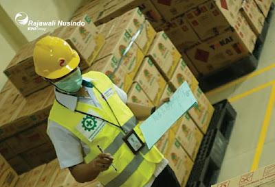Lowongan kerja PT Rajawali Nusindo Cabang Kudus guna Peningkatan pelayanan serta distribusi produk consumer, dan produk pangan senantiasa terus kami tingkatkan tentunya dengan peran SDM berkualitas dan handal. Sebagai anak perusahaan dari PT RNI (Persero) holding Kluster BUMN pangan, kami membuka lowongan kerja untuk Sobat Nusindo bagian :  1. Consumer Sales  2. Administrasi Gudang