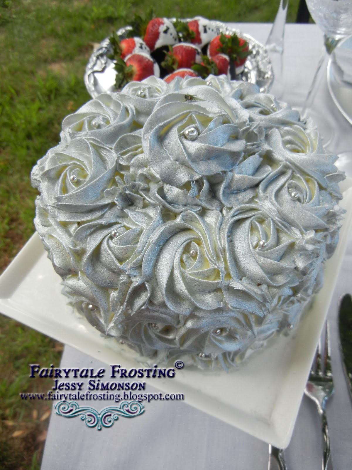 Silver icing for cakes - Edible Silver Paint: Cake