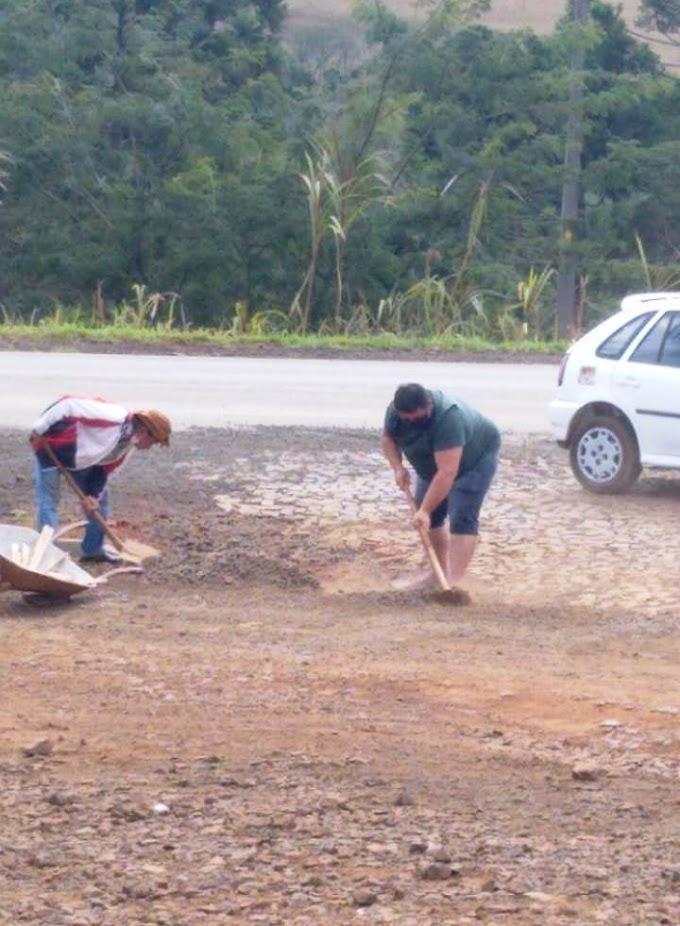 Rio Bonito do Iguaçu: Vereador Gordinho e Guajuvira arrumam bueiro na entrada da cidade