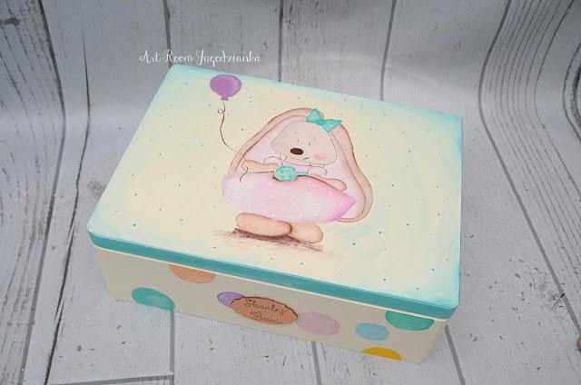 {z cyklu} DŁUBANKI JAGODZIANKI: kufer dla dziewczynki z królisią