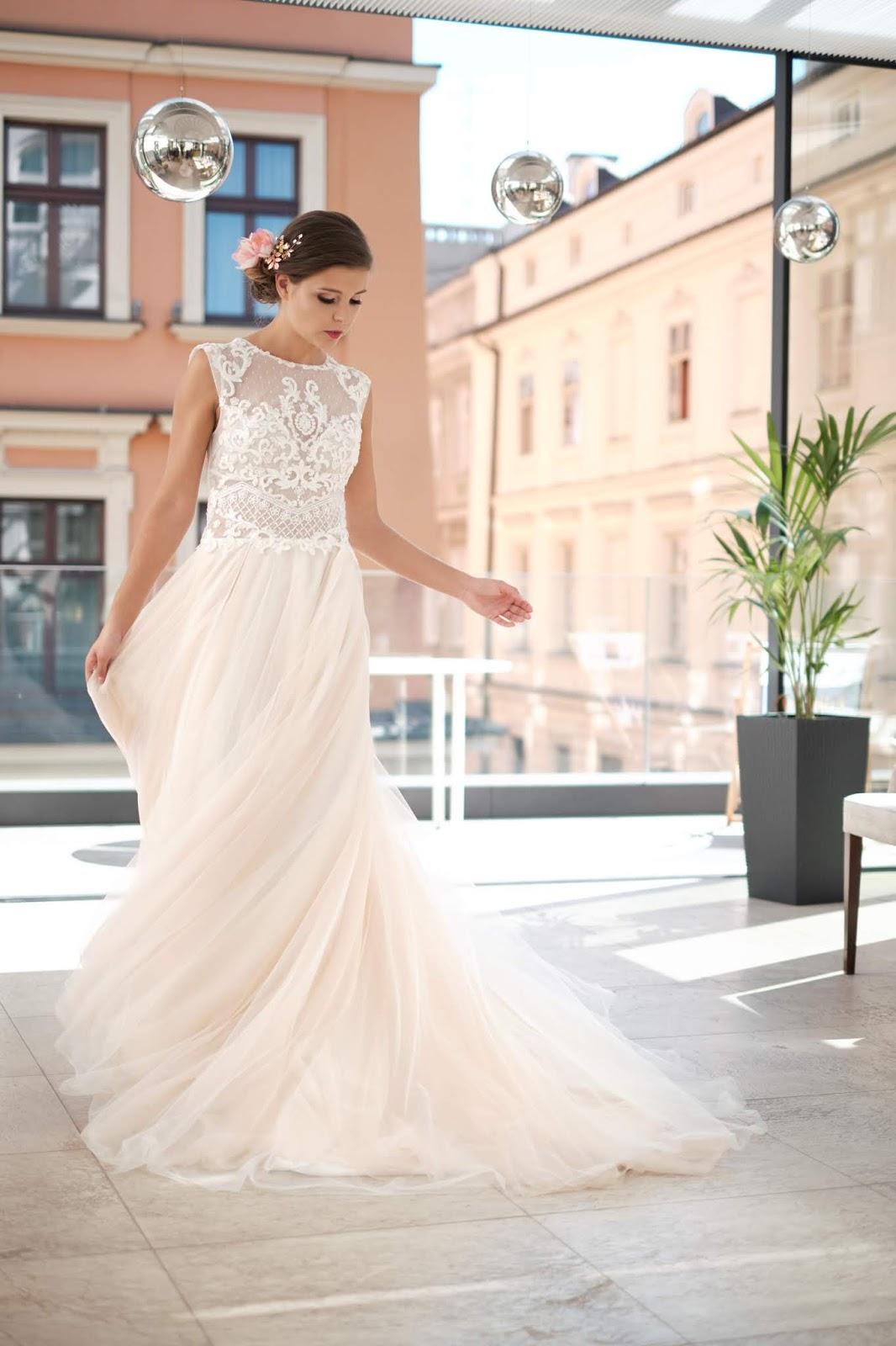 Suknia ślubna w odcieniu różu.