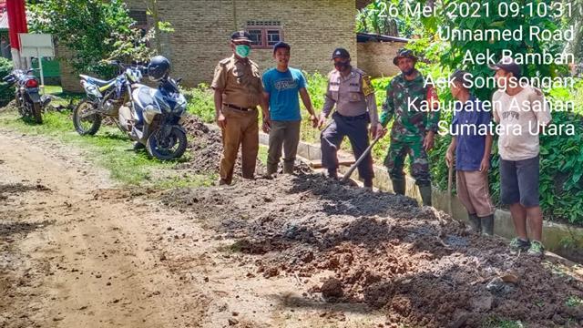 Jaga Keindahan Desa, Personel Jajaran Kodim 0208/Asahan Bersama Masyarakat Laksanakan Gotong Royong