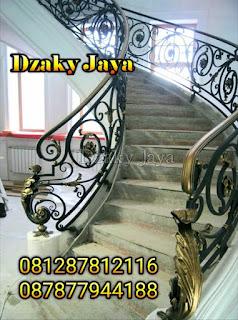 Contoh railing tangga besi model modern klasik untuk rumah mewah.