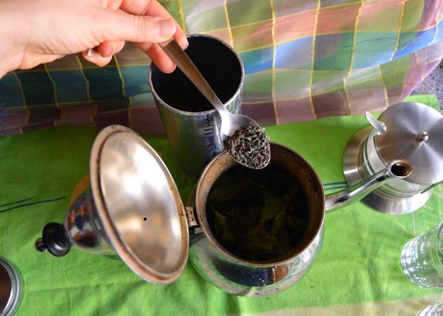 Następnie dodać 2-3 łyżeczki suszonej zielonej herbaty.