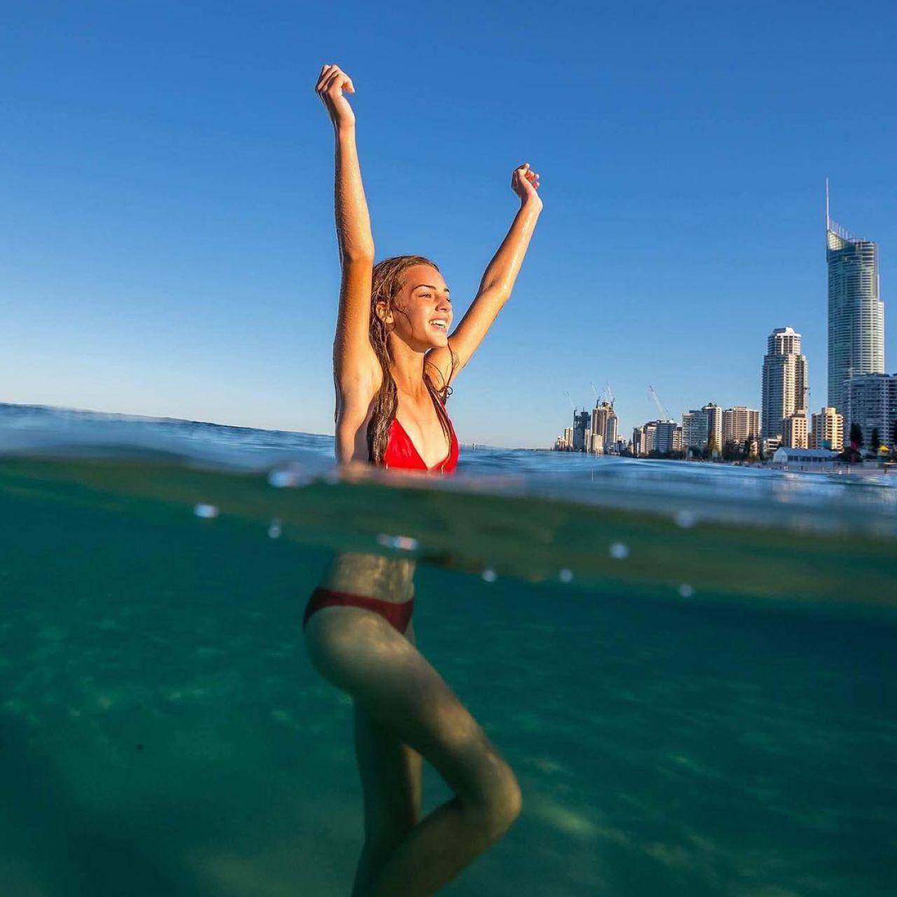 Популярна австралійська модель Емілі Фелд (Emily Feld)
