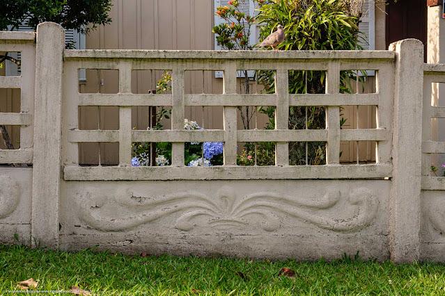 Muro pré-fabricado com elementos vazados e alto-relevo