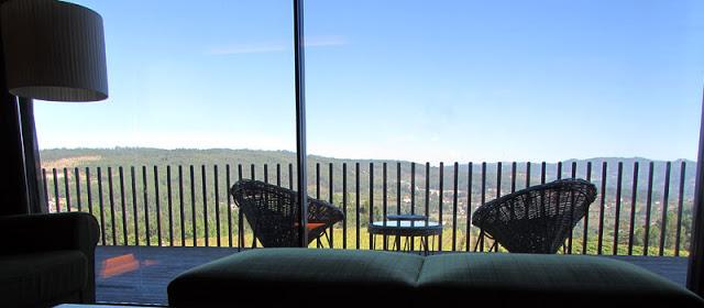 Duas cadeiras em hotel de frente para a plantação