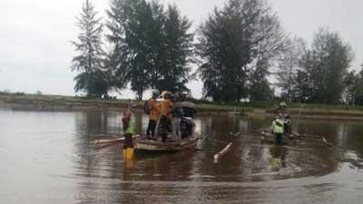 seberangkan sepeda motor menggunakan perahu ponton menuju Maligi