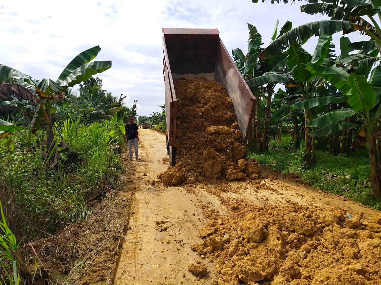 Penimbunan Jalan Dengan Batu Pilihan Terus Berlanjut